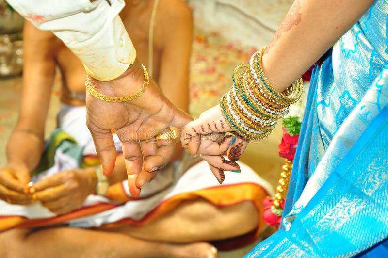 Mains de mariage images libres de droits