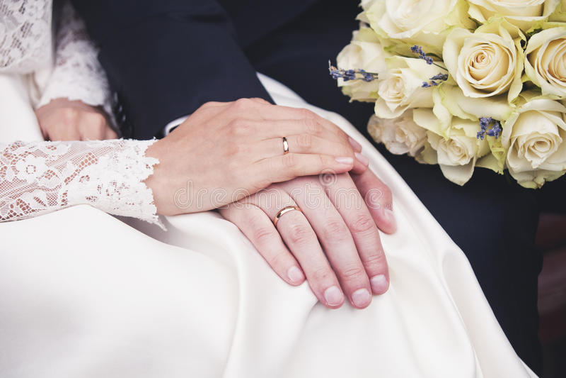 Download Mains De Nouveaux Mariés Avec Des Anneaux De Mariage Photo stock - Image du newlyweds, amour: 77150424