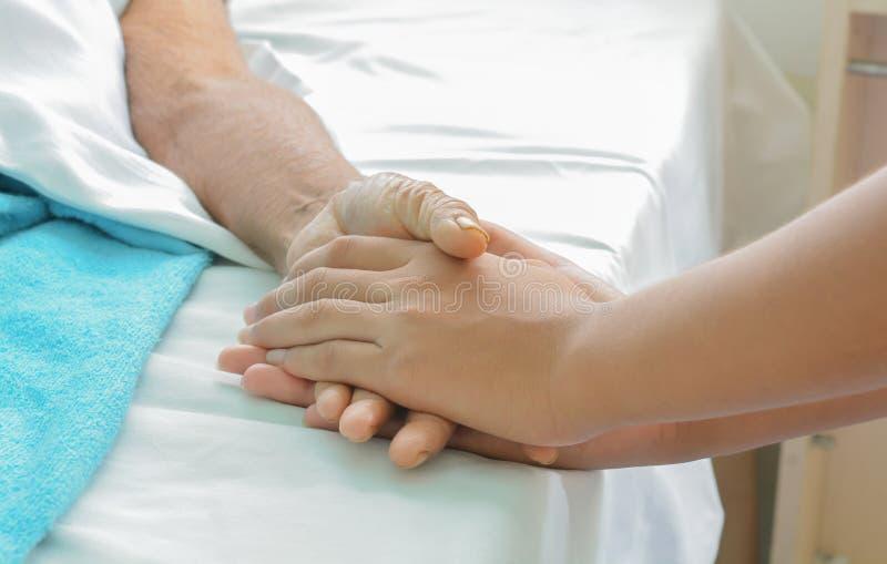 Mains de patient hospitalisé au soin images stock