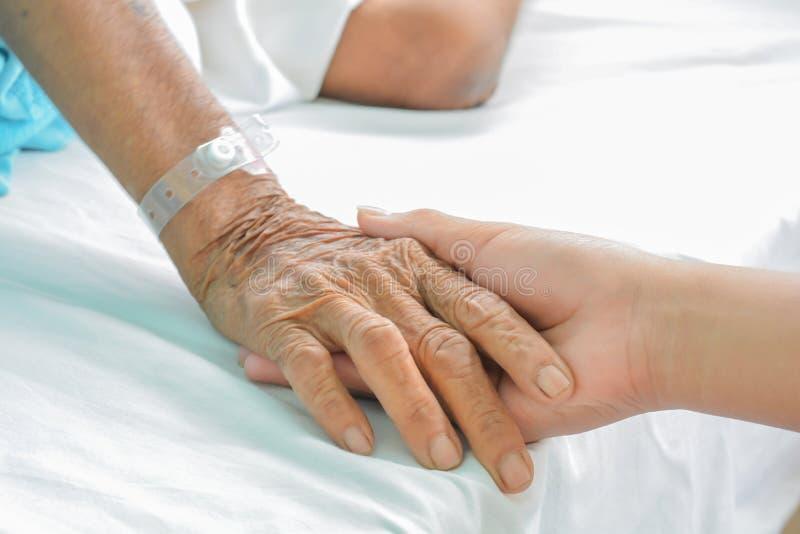 Mains de patient hospitalisé au soin photos stock