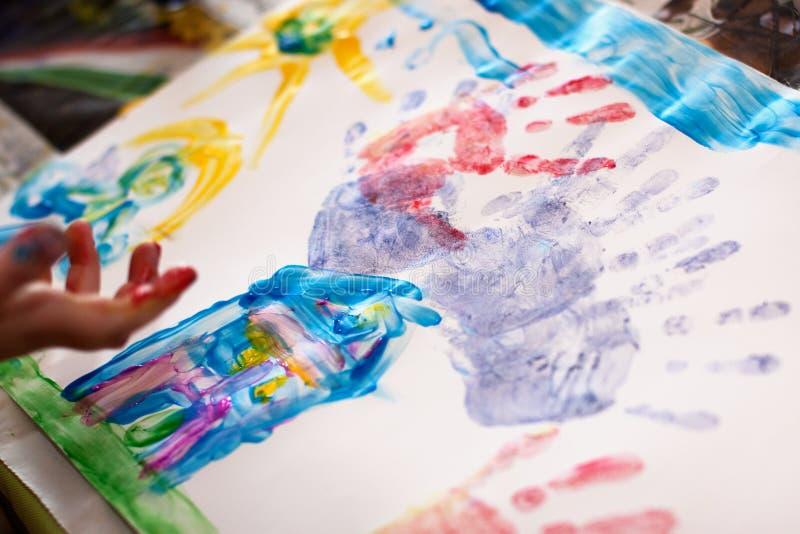 Mains de petits enfants faisant Fingerpainting images libres de droits