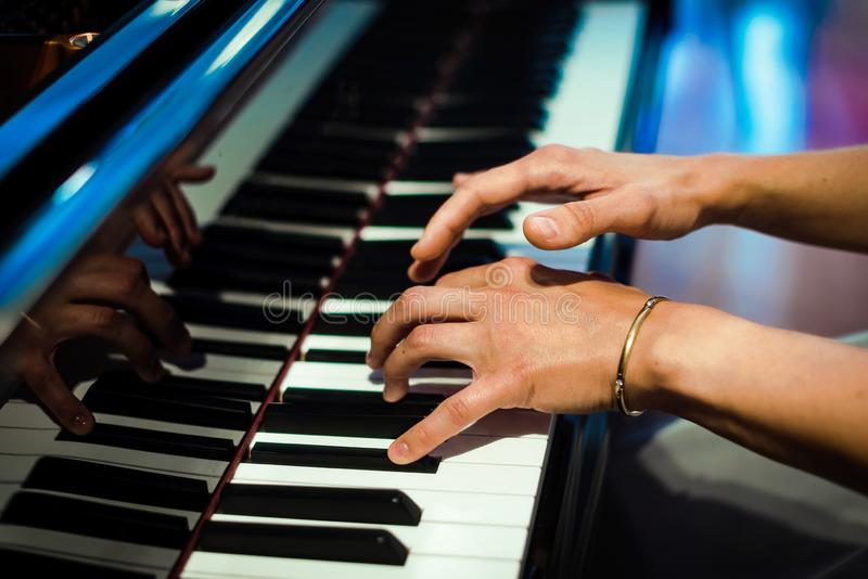 Mains de pianiste sur le fond des clés de piano photo libre de droits