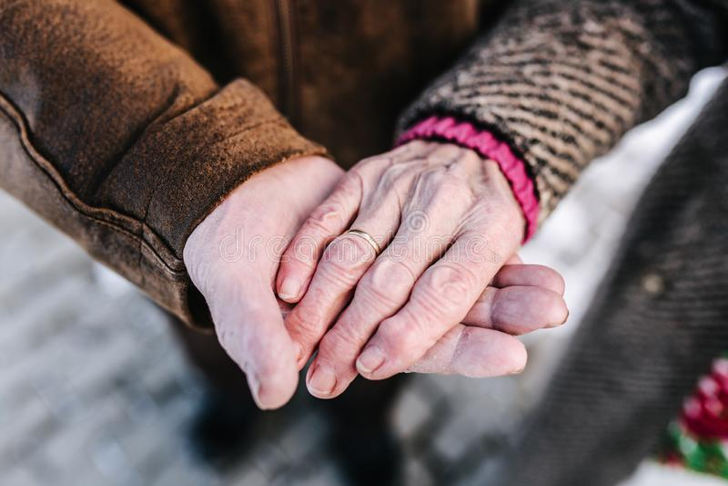 Mains de plan rapproché des personnes d'aînés Mâle et femelle Couples Grand-papa et grand-maman Amour pour toujours photo stock