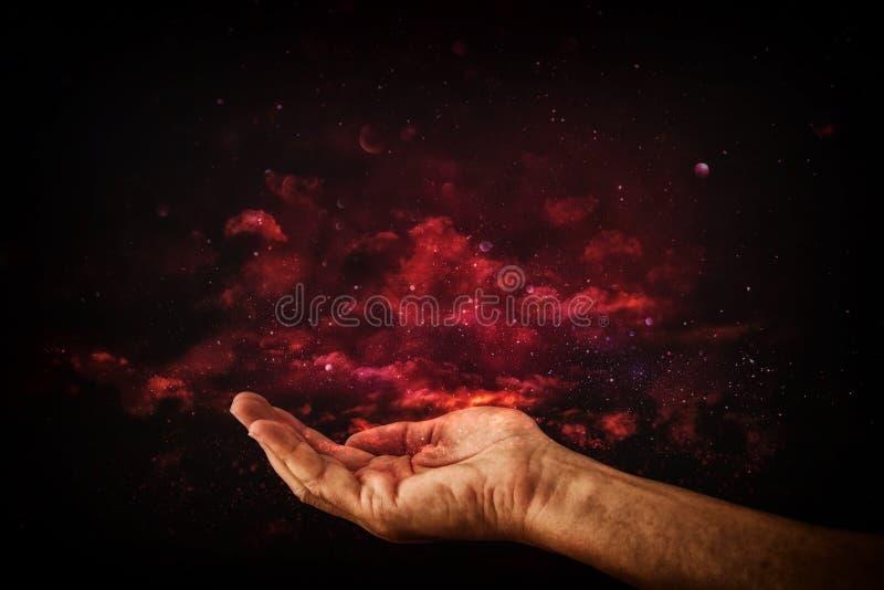 mains de plan rapproché de l'homme priant pour l'aide concept pour la pauvreté ou la faim, cherchant pour la lumière dans l'obscu photo libre de droits