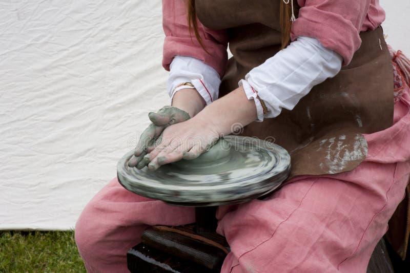 Mains de potier féminin images libres de droits