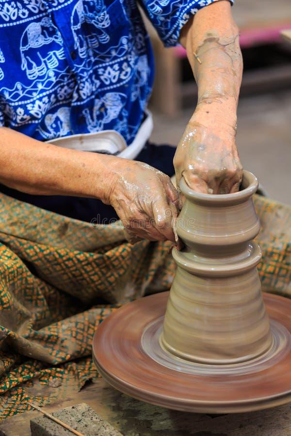 Mains de potier faisant en argile image stock
