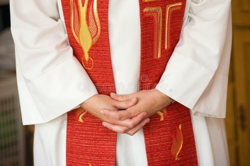 Mains de prêtre féminin photo libre de droits