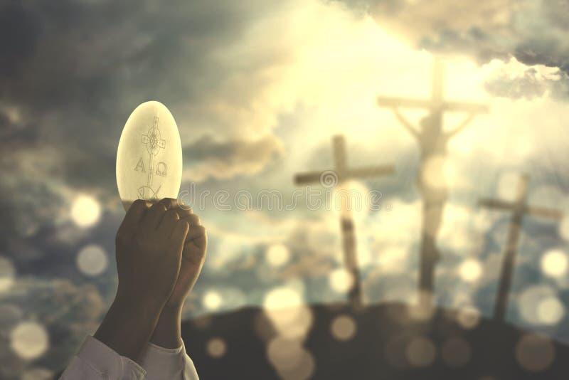 Mains de prêtre priant à la consécration de Dieu une gaufrette images stock
