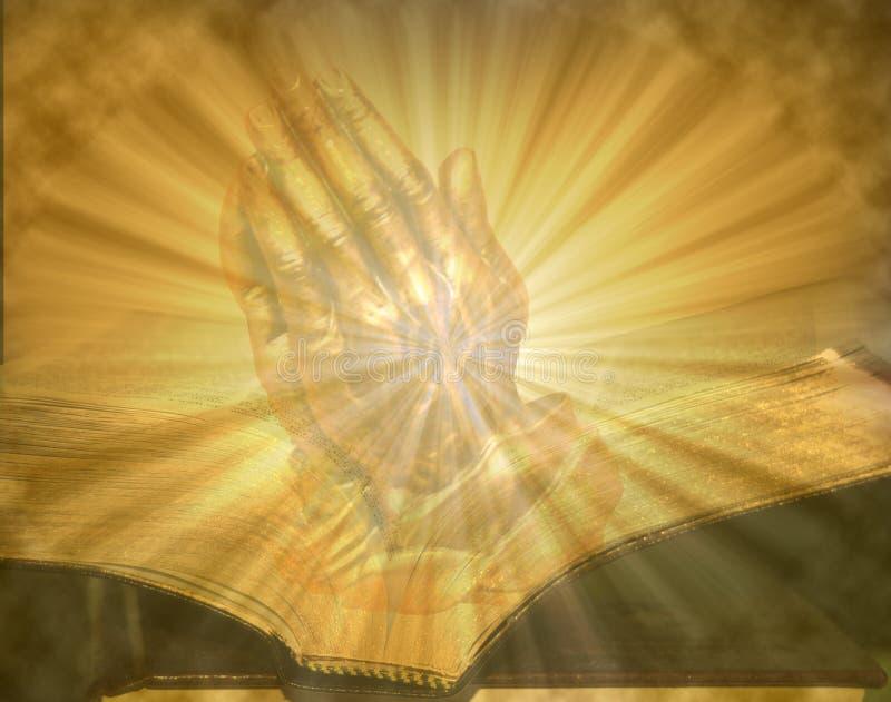 Mains de prière sur la bible allumée ouverte images libres de droits