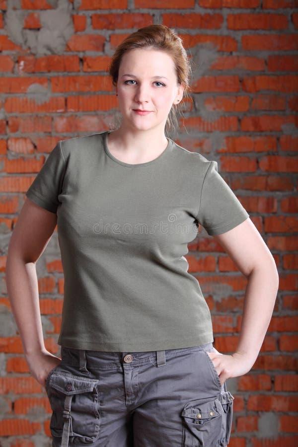 Mains de prise de femme dans des poches photographie stock
