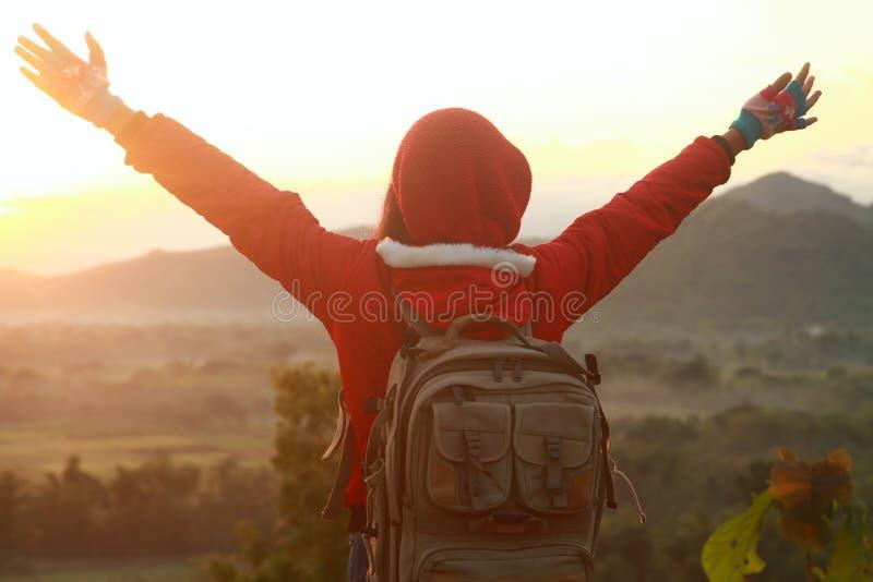 Mains de propagation de femme heureuse, hausse de montagne images stock