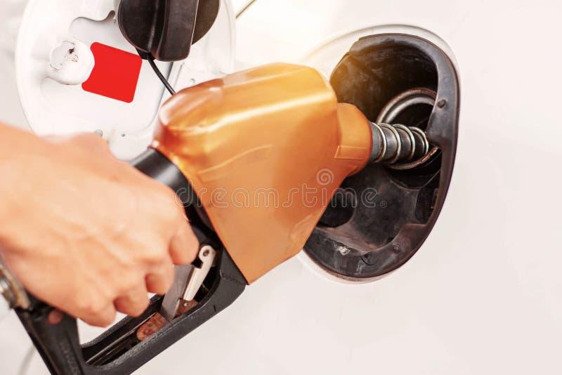 Mains de remplir de combustible des voitures images libres de droits