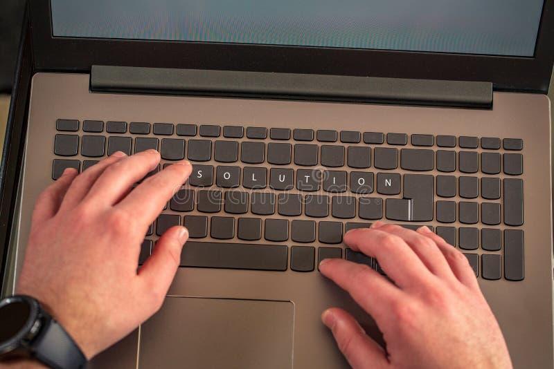 mains de Solution-mâle dactylographiant sur le clavier d'ordinateur portable photos libres de droits