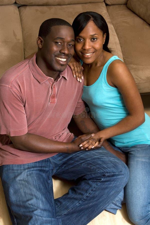 Mains de sourire d'une exploitation de couples photo libre de droits