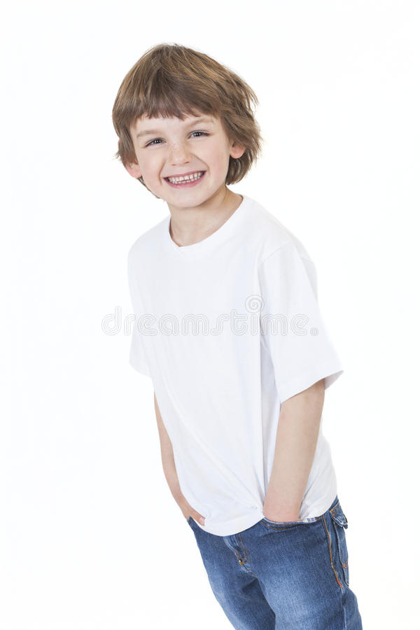 Mains de sourire de jeune garçon heureux dans des poches image stock