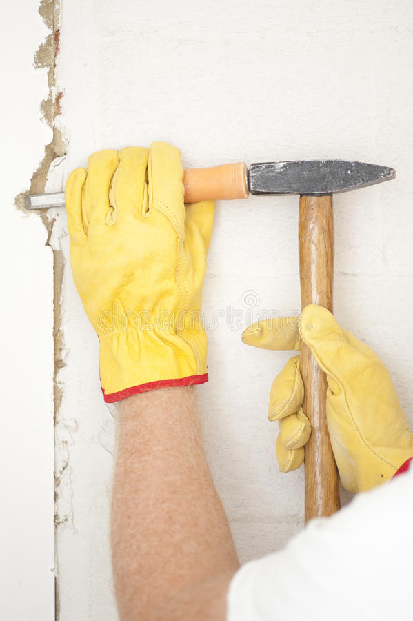 Marteau et gouge intérieurs de rénovation de mur de Chambre image libre de droits