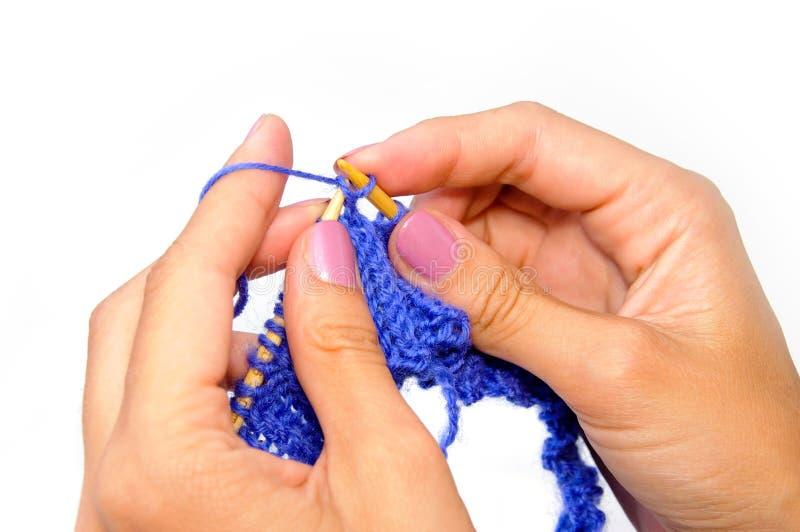 Mains de tricotage images libres de droits