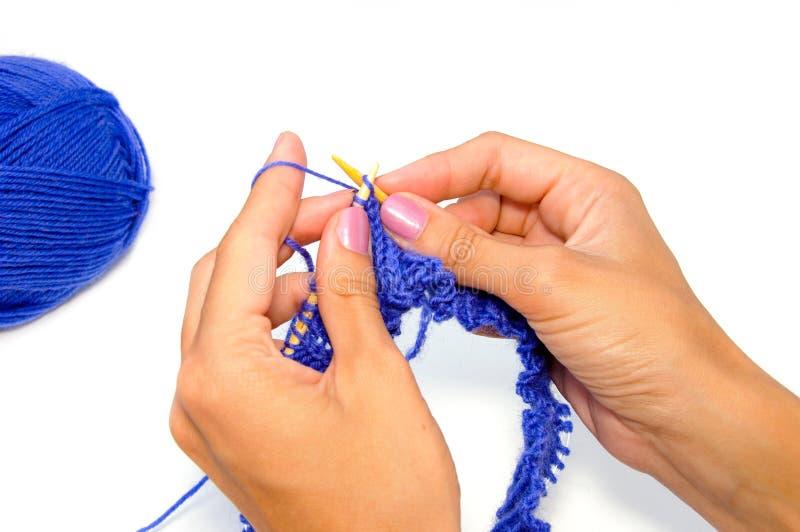 Mains de tricotage images stock