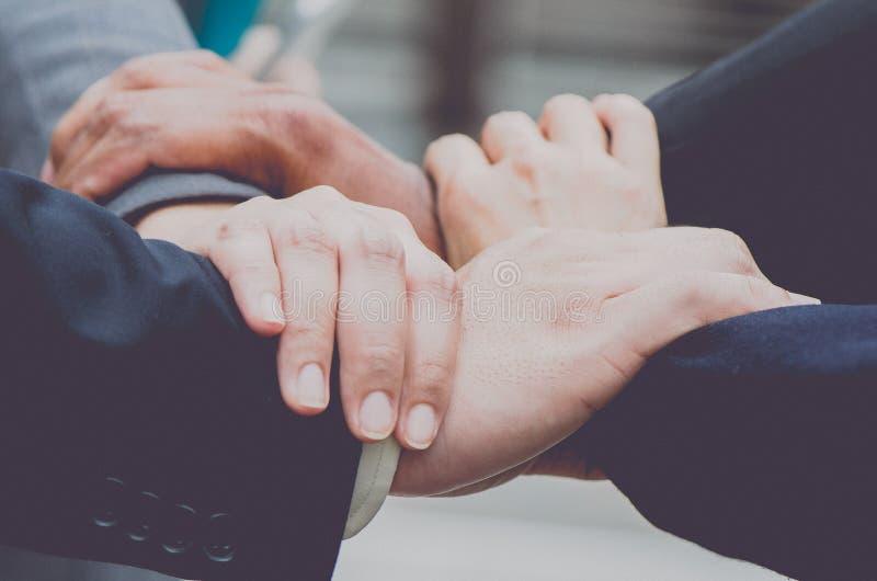 Mains debout d'équipe d'affaires ensemble, photographie stock libre de droits