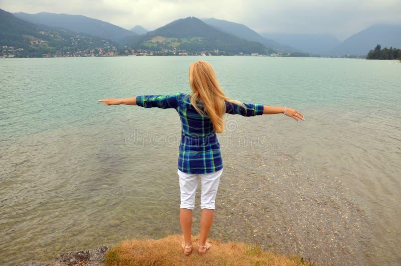 Mains debout et de propagations de jeune fille avec la joie et l'inspiration, concept de liberté images libres de droits