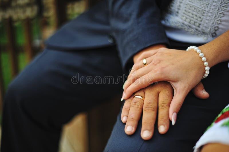 Mains des ajouter aux anneaux image libre de droits
