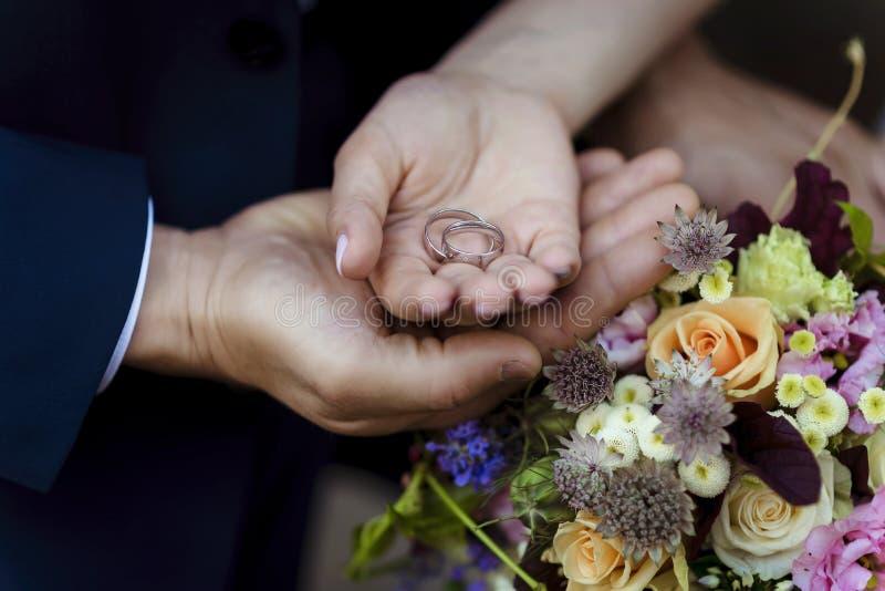 Mains des amants homme et femme photos libres de droits