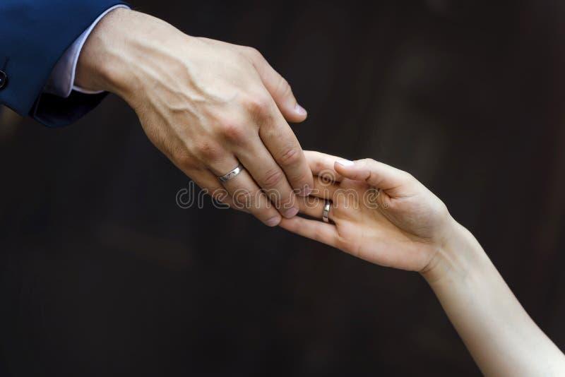 Mains des amants homme et femme photos stock