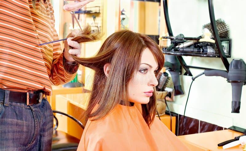 Mains des cheveux de coupe de coiffeur photographie stock libre de droits