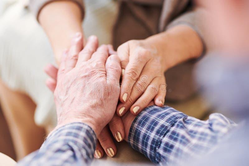Mains des conjoints âgés images stock