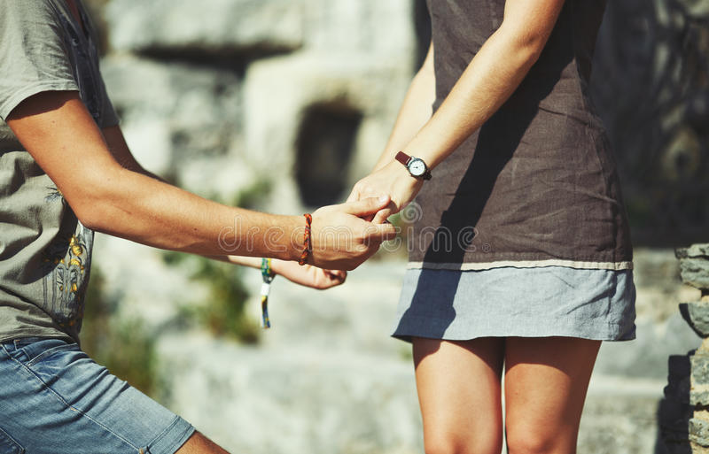 Mains des couples de l'adolescence image libre de droits