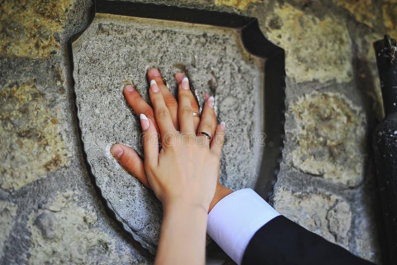 Mains des couples de mariage photo libre de droits