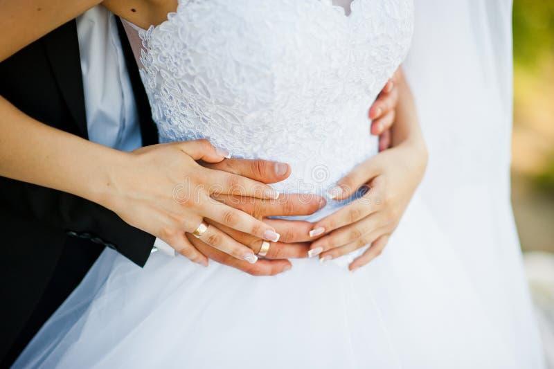 Mains des couples de mariage images stock