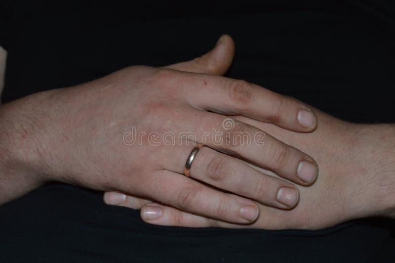 Mains des mains du ` s d'homme de l'homme images stock
