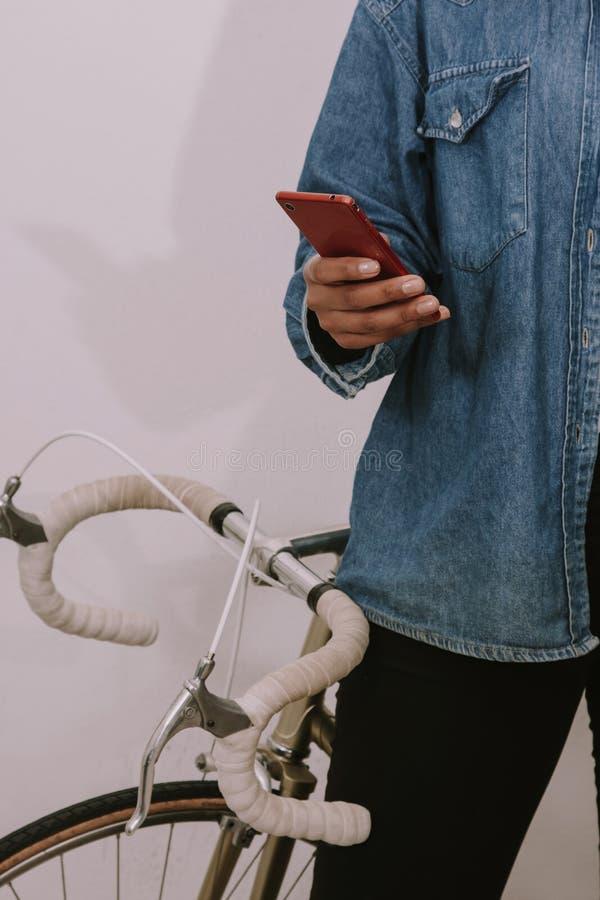 Mains des jeunes de fille avec le mobile de téléphone photo stock