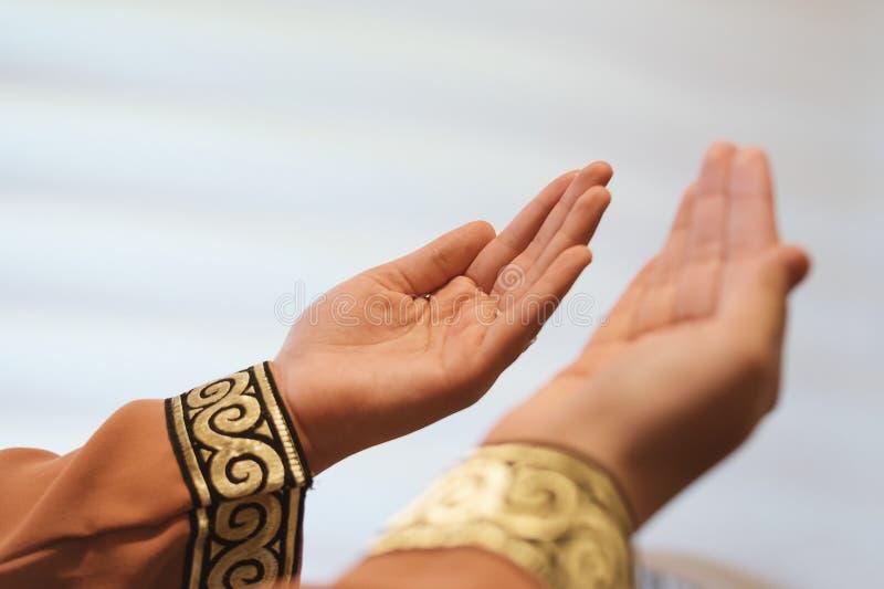 Mains des personnes musulmanes priant avec le fond d'intérieur de mosquée images libres de droits