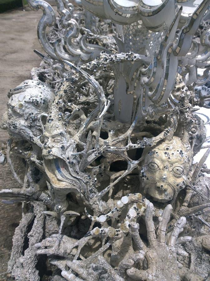 Mains descendant dans des sculptures en enfer Wat Rong Khun, temple blanc en Chiang Rai Province, Thaïlande photos libres de droits