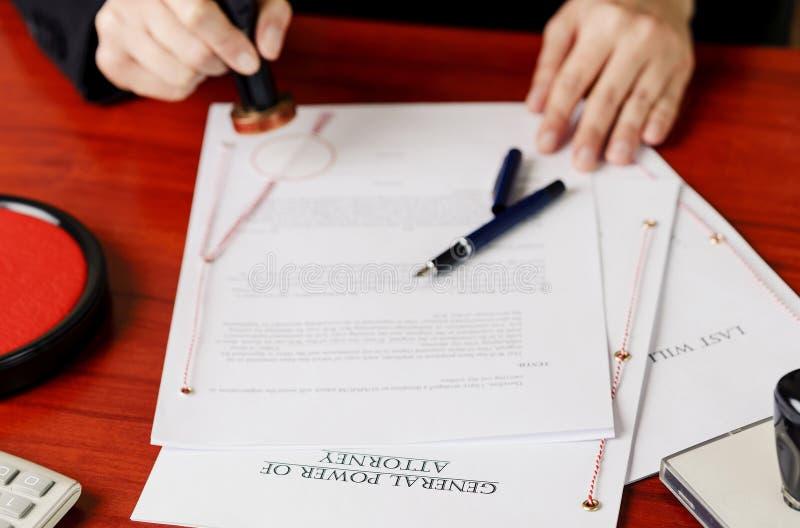 Mains du notaire emboutissant le mandat photos libres de droits