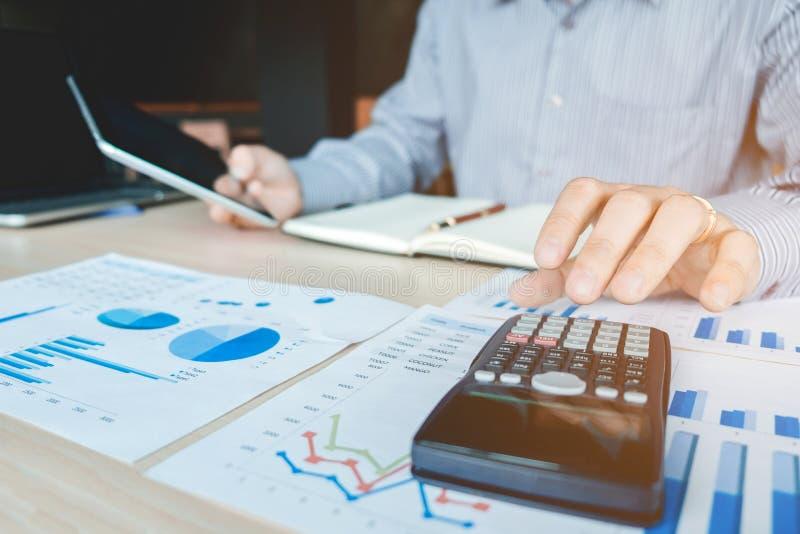 Mains du ` s d'homme d'affaires avec la calculatrice au bureau et financier photos stock