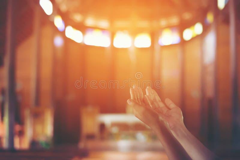 Mains du ` s de jeune femme étreintes dans la prière au ƒ de ¹ de churchà du Christ photographie stock libre de droits