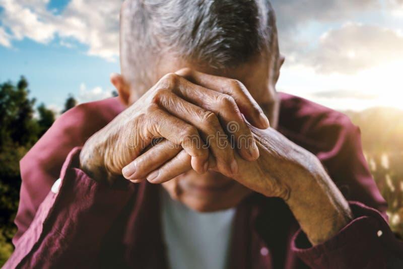 Mains du vieil homme et d'une main du ` s d'enfant photos libres de droits