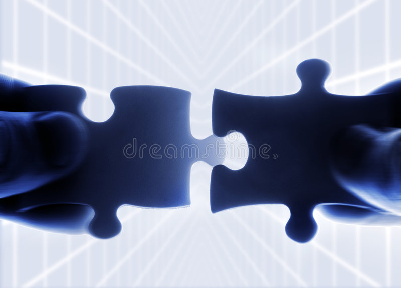 Mains essayant d'adapter le puzzle deux photos stock