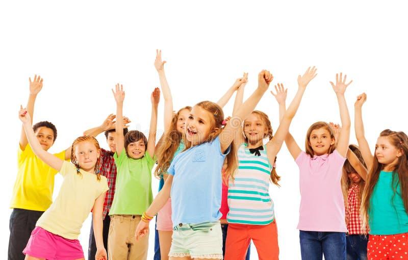 Mains et acclamation de sourire heureuses de hausse d'enfants image stock