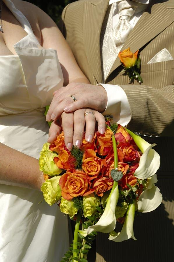 Mains et fleurs de mariage photos libres de droits