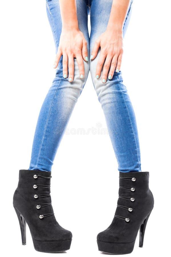 Mains et jambes femelles dans les jeans et des talons hauts photo libre de droits