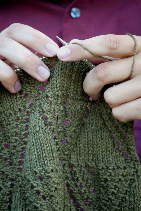 Mains et lacet tricoté photographie stock libre de droits