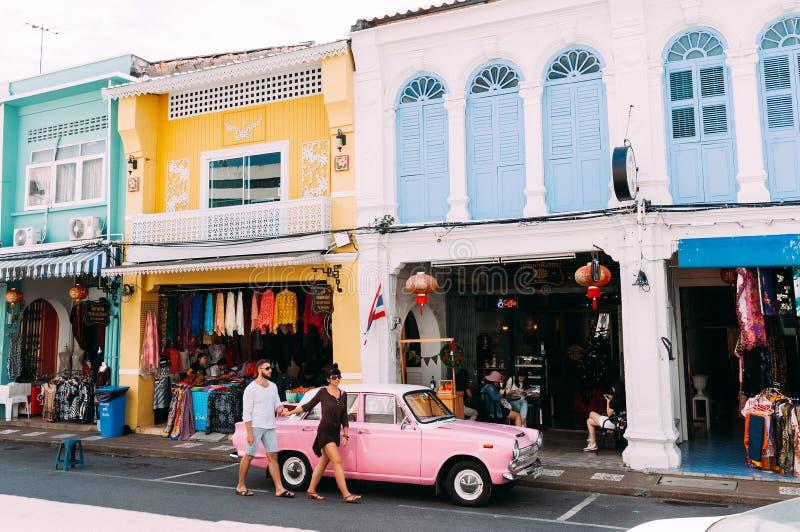 Mains et promenade de prise d'homme et de femme par les vieilles rues colorées de la ville photos stock
