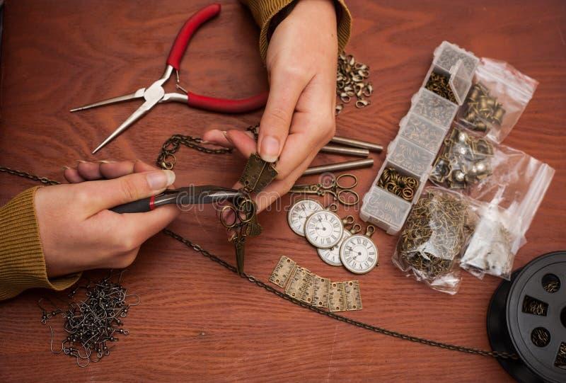 Mains faisant des bijoux de métier photos libres de droits