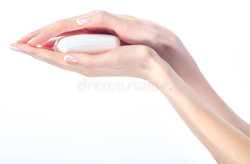 Mains femelles élégantes tenant la barre de savon photo libre de droits