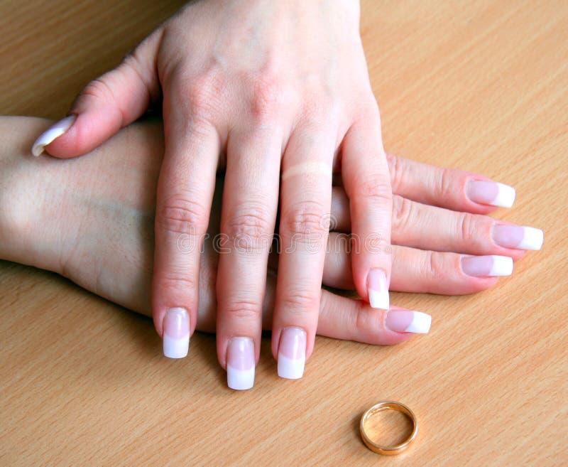 Mains femelles après un divorce photos stock