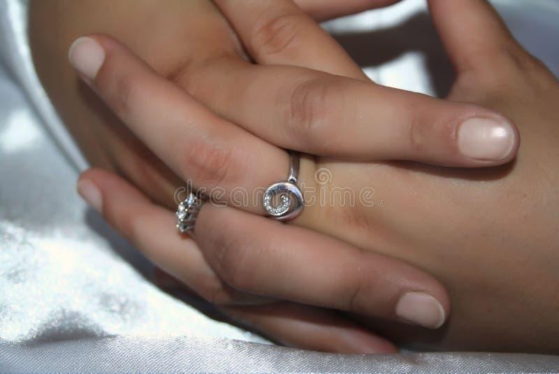 Mains femelles avec des anneaux photo libre de droits